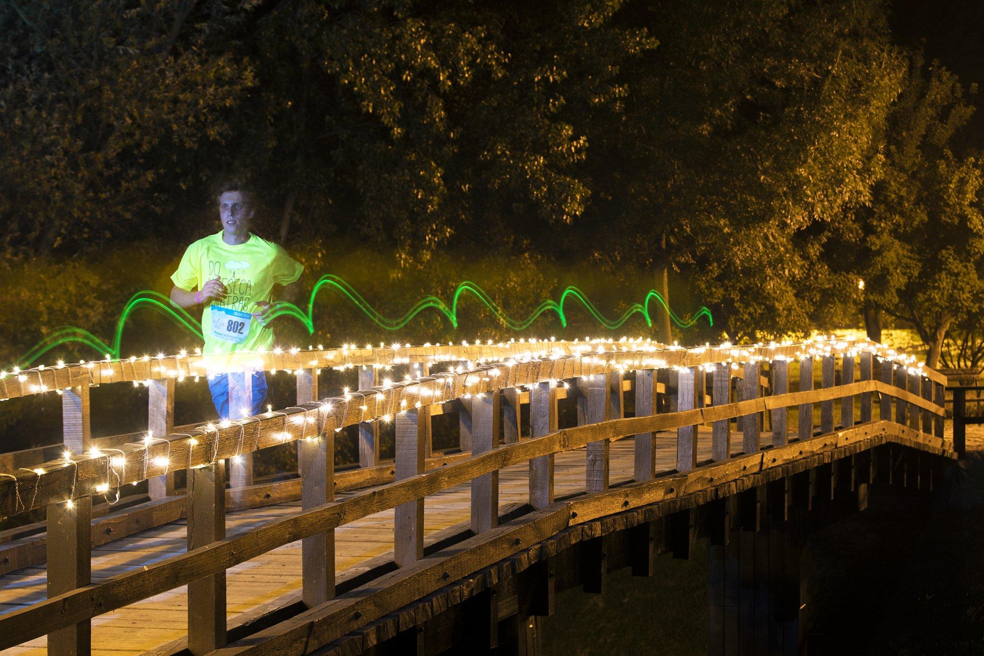 """1600 trkača osvijetlilo nasip i trčalo za sjajnu priču """"do Mjeseca i natrag"""""""